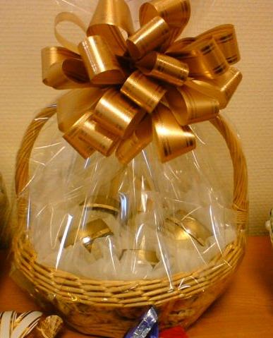 Как оформить подарок в корзине своими руками